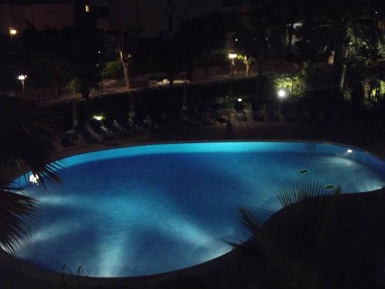 Apartamentos Pineda Park : Night-time view of the pool from our 2nd floor apt