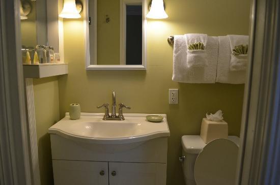 The Kenwood Inn: Smaller bath