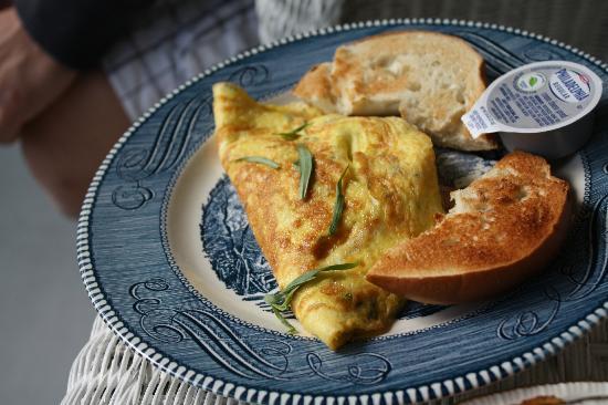 Bar Harbor Castlemaine Inn B&B: Tarragon Gruyere Omelette