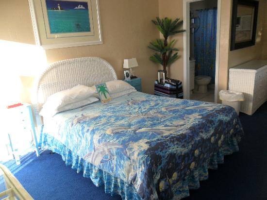 Oasis Palms Resort : Bedroom with a beachy feel