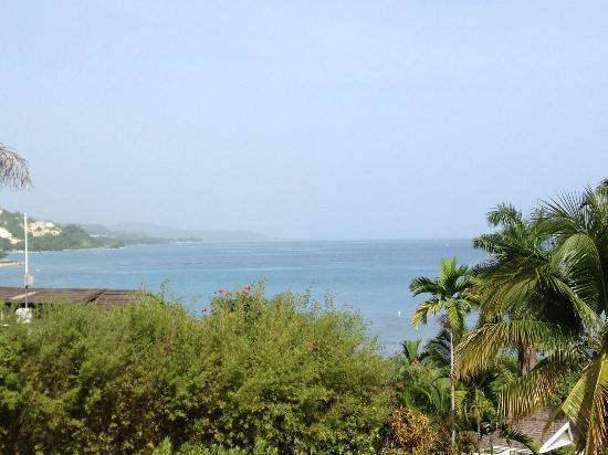 Round Hill Hotel & Villas: view from drive