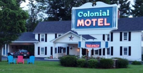 كولونيال موتل: Colonial Motel outside