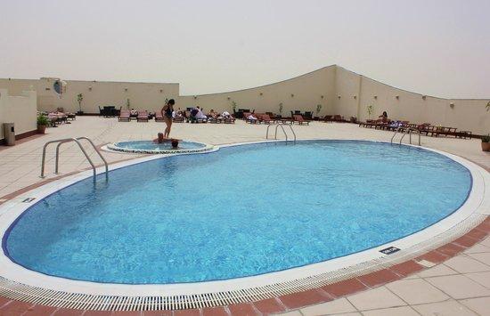 Cassells Al Barsha Hotel : Бассейн на крыше