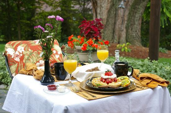 Brookside Mountain Mist Inn: Breakfast on the patio at Brookside