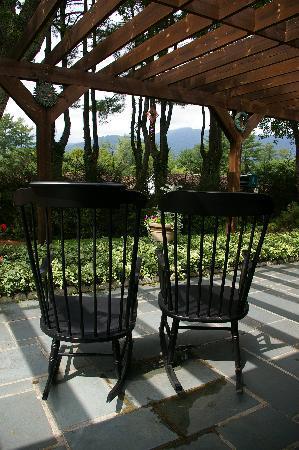 Brookside Mountain Mist Inn: Rock your cares away while enjoying our mountain views