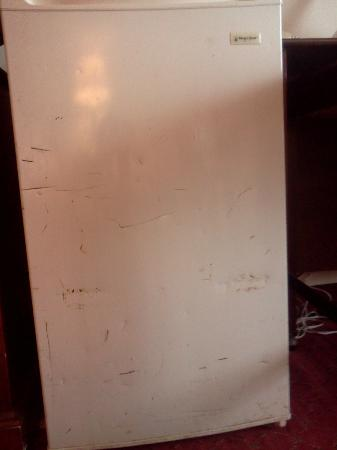 Ramada Elyria: Disgusting, rusted Mini-Fridge (F*I*L*T*H*Y inside)