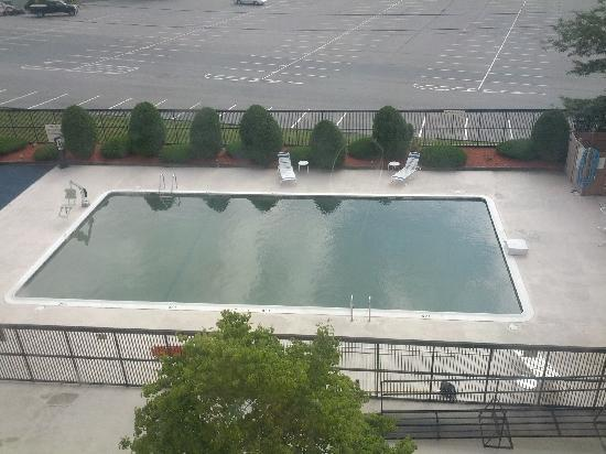 Comfort Inn Randolph : The pool. Green water?