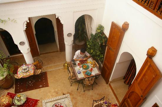 Riad Slawi: indoor patio, petit dejeuner