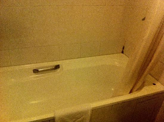 Hotel Cambodiana: Vasca in bagno...poco igenica secondo me!