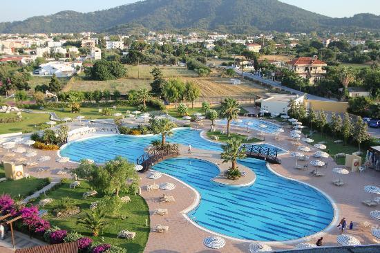 Electra Palace Rhodes : La piscine paysagère, superbe !