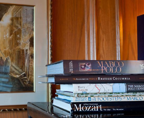 Villa Marco Polo  Inn: Library