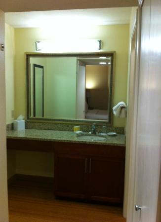 Residence Inn by Marriott Atlanta Buckhead : Vanity Area---Spacious!