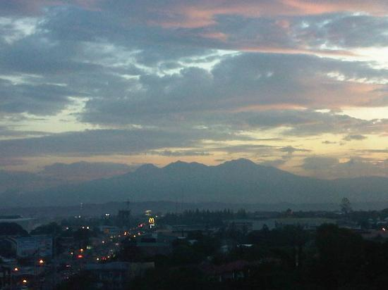 Grand Regal Hotel: Mt. Apo Sunset from the hotel room