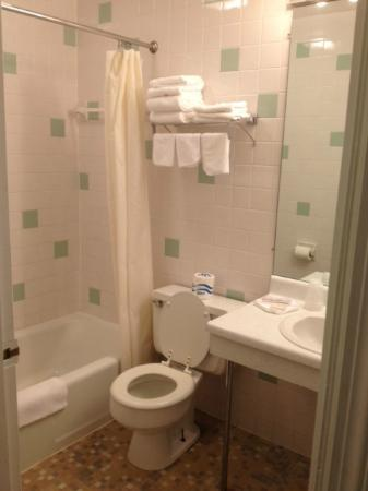 Walton Inn : King suite bathroom