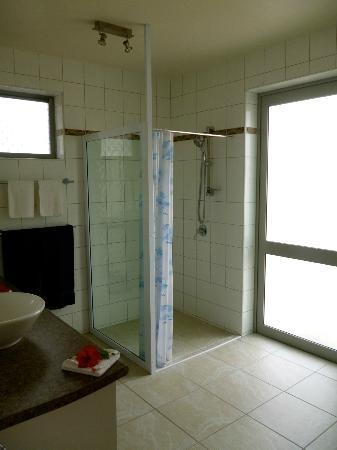 Cooks Bay Villas: Shower & Basins