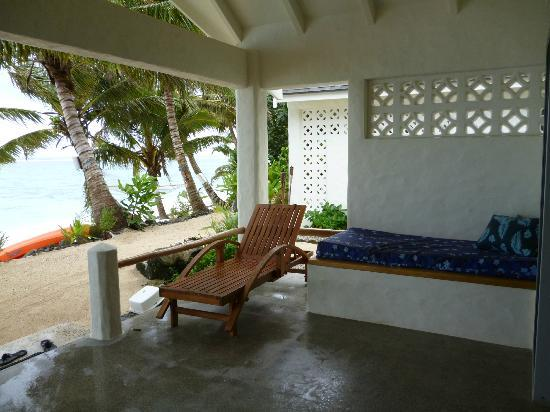 Cooks Bay Villas: DAybed & Sunlounger on the Verandah