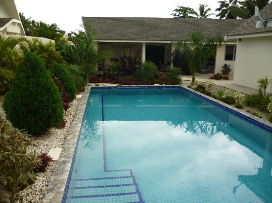 Cooks Bay Villas: Pool & BBQ area