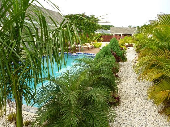 Cooks Bay Villas: Gardens by the pool