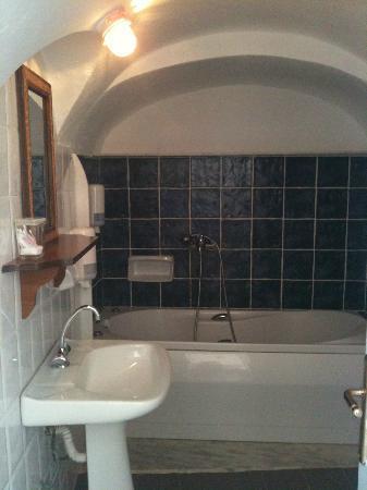 Caldera Villas: Bathroom
