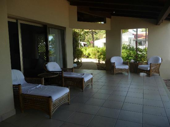 Mango Bay Resort: sitting area on veranda