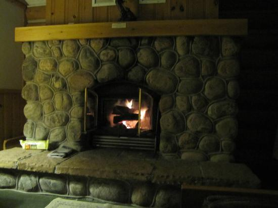 Cedar Grove Lodge: Beautiful stone fireplace in Raven