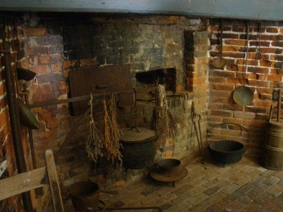 Vincent House Museum: The front fireplace