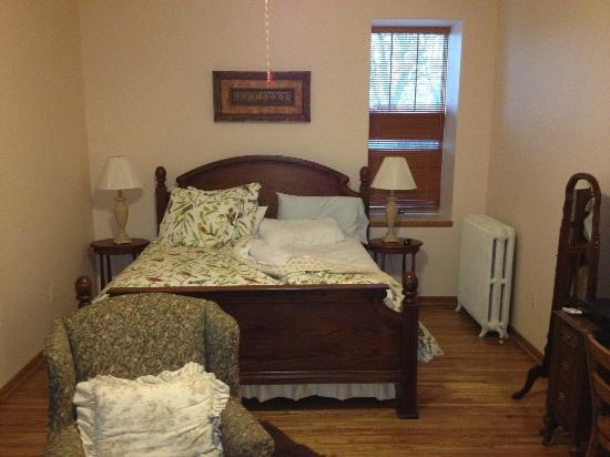 Stone School Inn : King with footboard