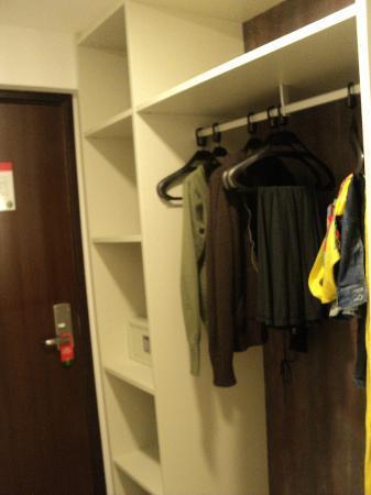 Ritz Suites: armários sem portas