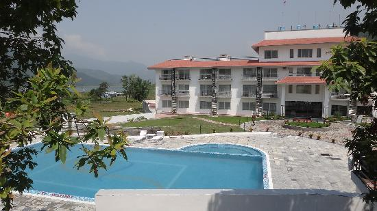 Waterfront Resort Hotel: Pool & Hotel building