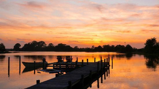 The Inn at Tabbs Creek Waterfront B&B: sunset at Tabbs Creek 