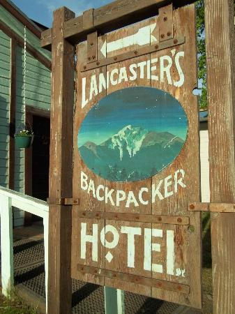 Lancasters Backpacker Hotel: The sign out front
