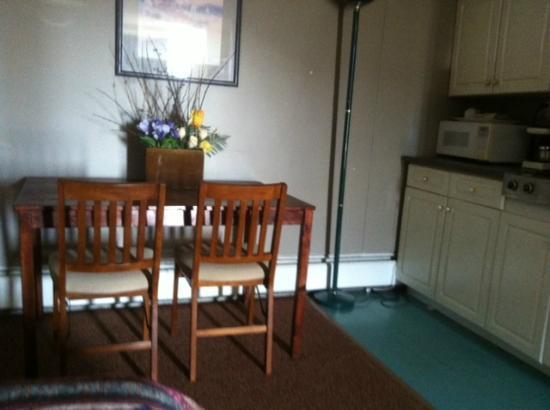 Alpine Lodge Motel : Dining table