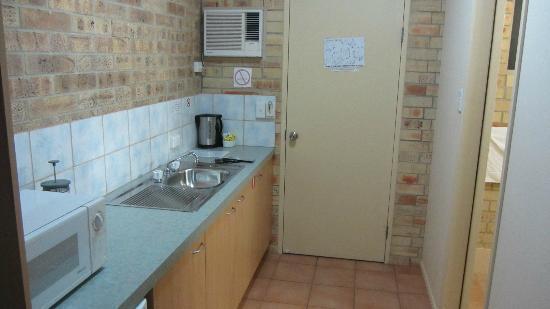 Emeraldene Inn & Eco-Lodge: Front door and kitchenette