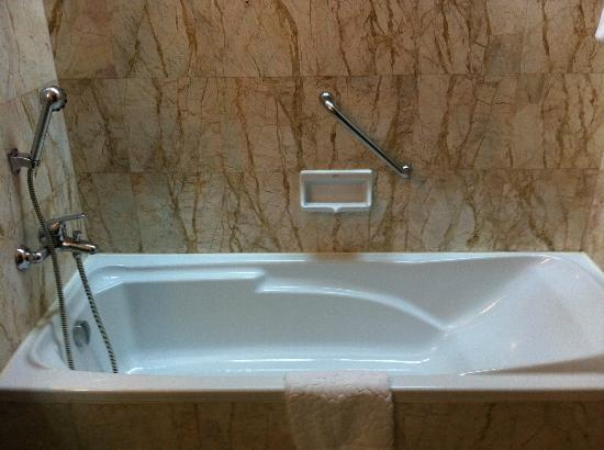 Century Park Hotel: Nice bath tub but they should put in the shower curtain to avoid whole floor wet