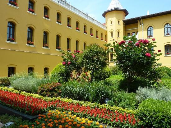 Four Seasons Hotel Istanbul at Sultanahmet: beautiful garden