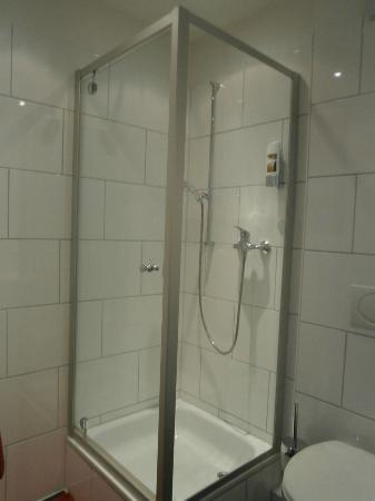 Hotel Deutsches Haus: バスルームのガラスのぴっかぴか