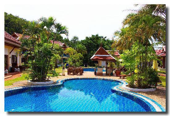 The Pe La Resort: Pool