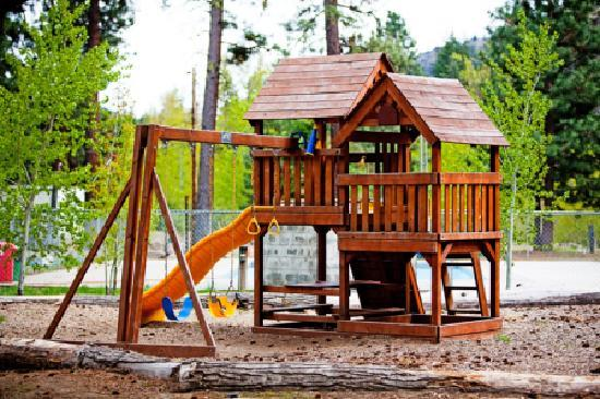 Squaw Rock Resort: Kids playground near the outdoor heated pool.