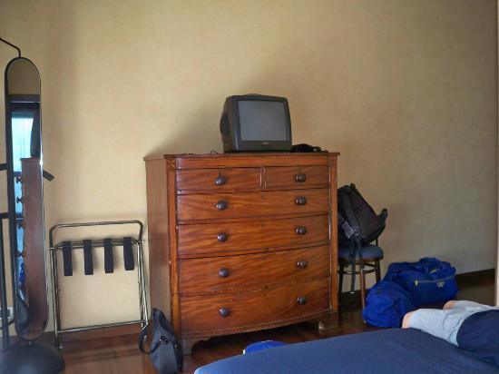Hotel Ghironi: Mobile e tv della camera