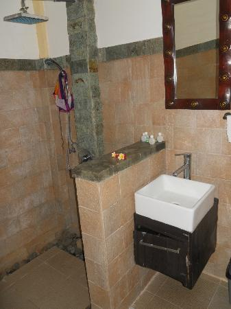 Amed Beach Resort: salle de bain