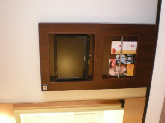 Ibis Lyon Centre Perrache: Room -TV cabinet