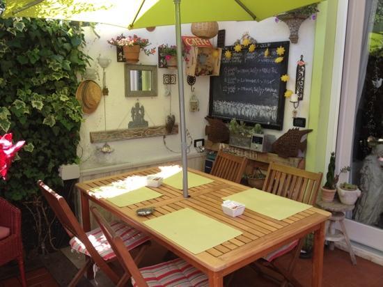 Caffeletti B&B: angolo per la colazione in giardino