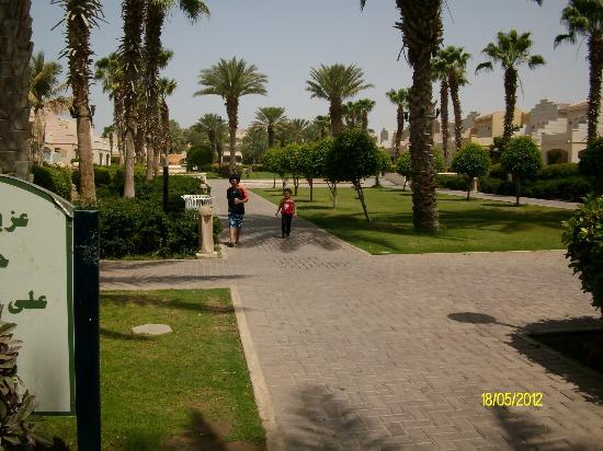 Makarem Annakheel Village: الممشى الى الشاطئ