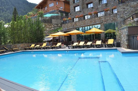 La piscine et coin barbecue picture of hotel princesa for Piscine andorre