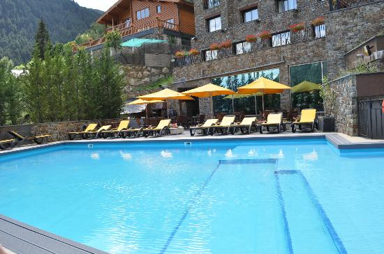 Hotel Princesa Parc: la piscine et coin barbecue