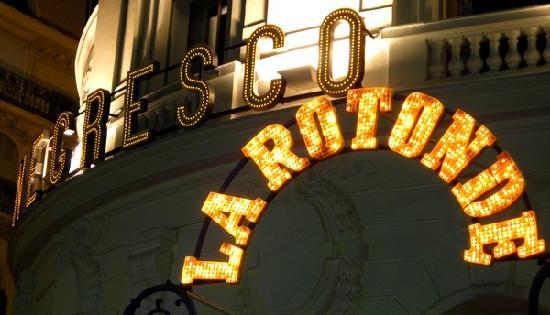 La Rotonde: L'entrée du restaurant de nuit