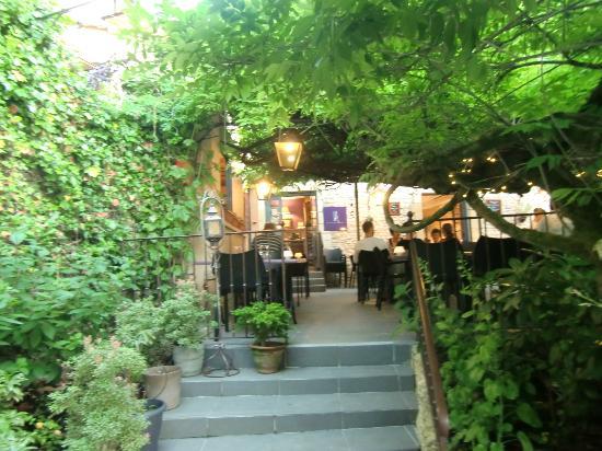 AU BON ACCUEIL : Une petite terrasse ombragée...