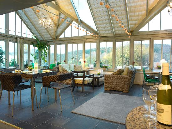 The greenhouse caf a magical setting as the evenings for Grande fenetre coulissante