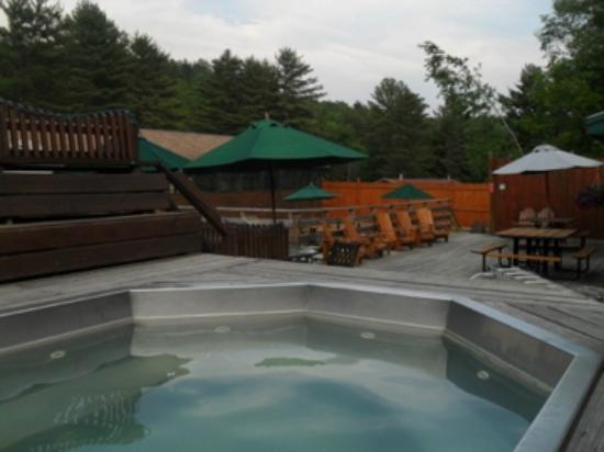 Northern Outdoors Adventure Resort: Northern outdoors Bar, hot tub