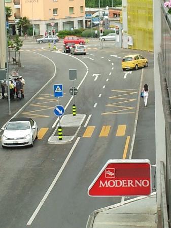 Albergo Moderno Garni: depuis le balcon - le centre se trouve a 50 m seulement, et c'est quand-même pas trop bruitant